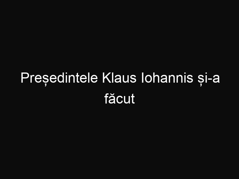 Președintele Klaus Iohannis și-a făcut selfie-uri cu pasagerii unui avion